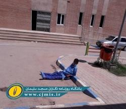 یک اتفاق تاسف آور/ رها شدن یک بیمار با لباس بستری در حیاط بیمارستان ۲۲ بهمن مسجدسلیمان + تصویر