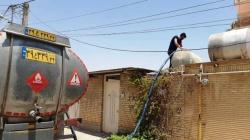 در قرن اتم و ماهواره مردم یکی از مناطق مسجدسلیمان ۶ ماه است با تانکر آبگیری می کنند
