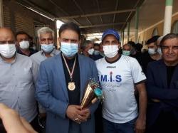 عالی محمدی مدال خود را بر گردن دکتر جباری انداخت