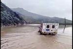 غرق شدن ۱۰ خودرو در سیلاب شیرین بهار / جستجو برای یافتن تکنسین اورژانس شهرستان اندیکا ادامه دارد