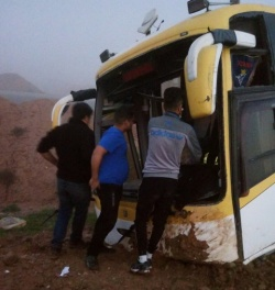 ۳۰ مصدوم در واژگونی اتوبوس در دو راهی نفت سفید